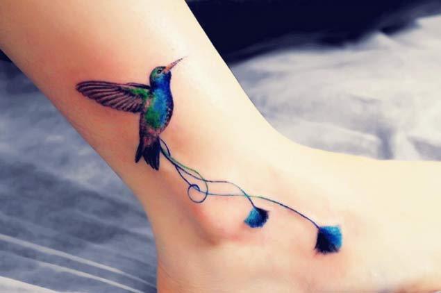 tatuaje de colibrí en el tobillo