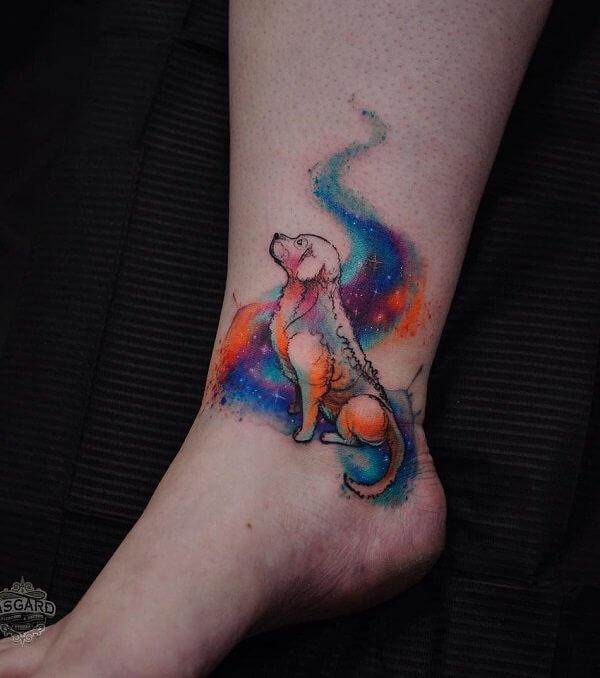 tatuaje acuarela de perro en el tobillo
