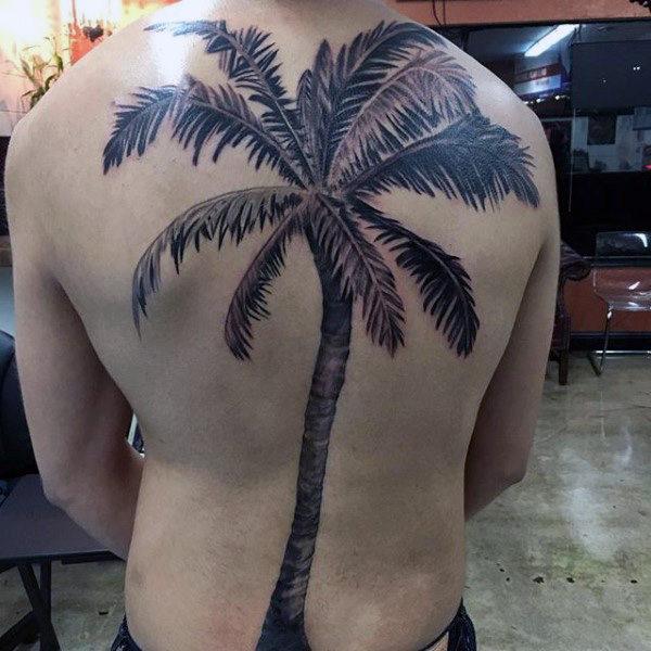 palmera gigante tatuada en la espalda