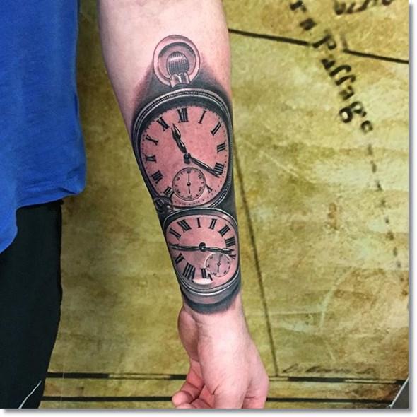 brujula y reloj en el brazo