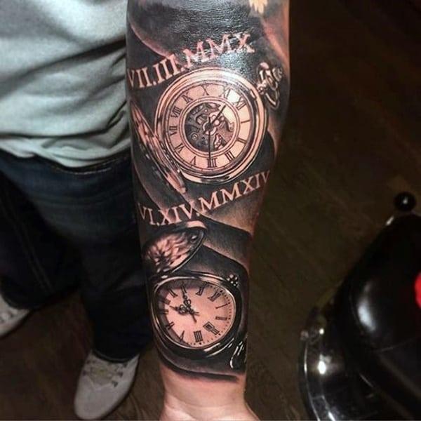 manga reloj antiguo en el brazo