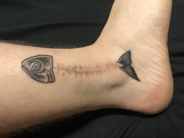 tattoo de pez en cicatriz