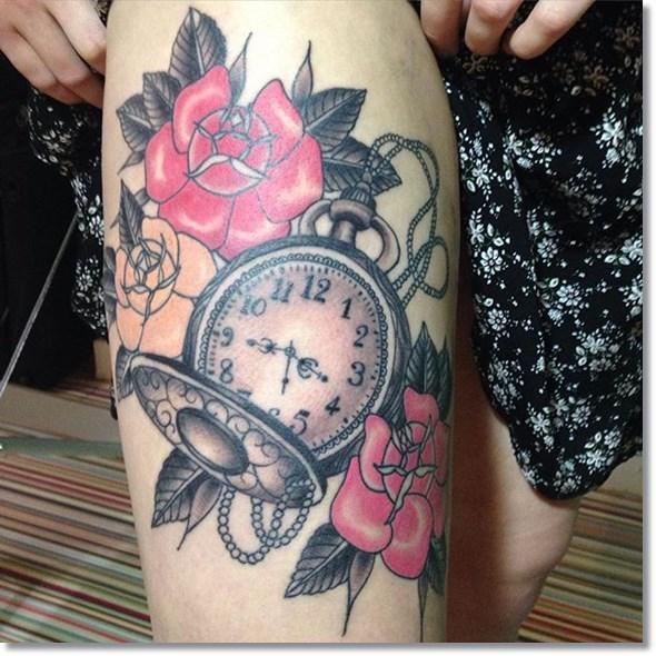 tattoo para mujeres en la pierna de reloj