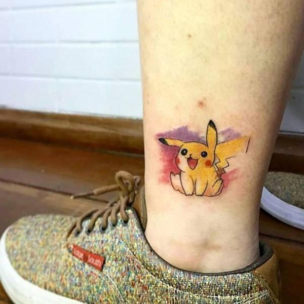 tattoo pikachu y fondo de acuarela