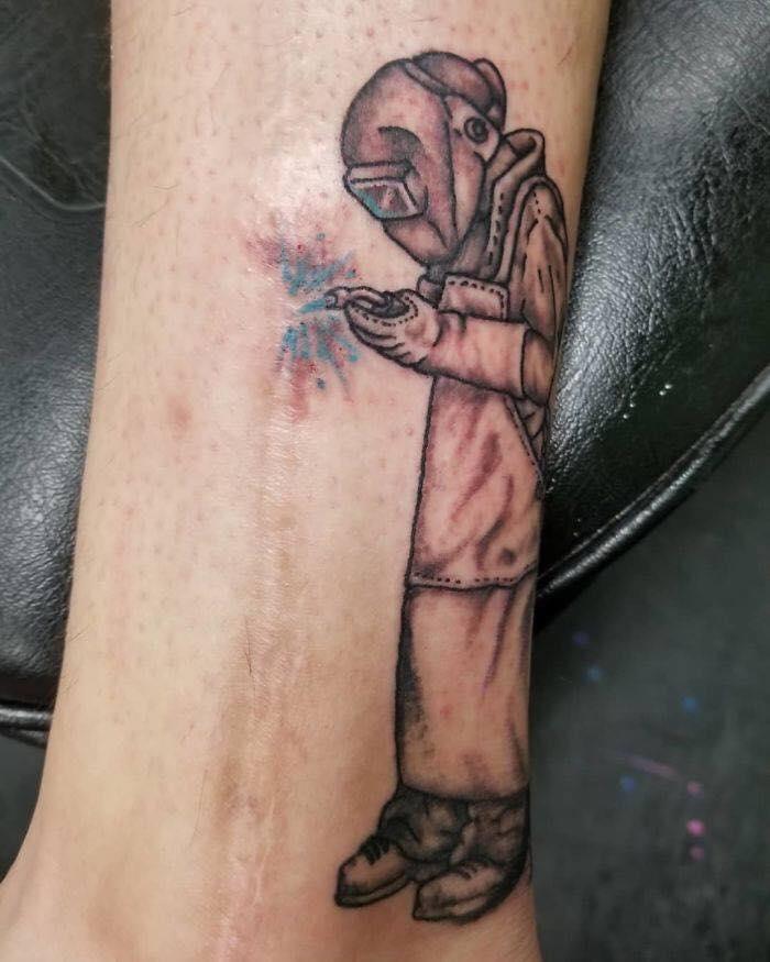 tatuaje creativo para cubrir cicatriz