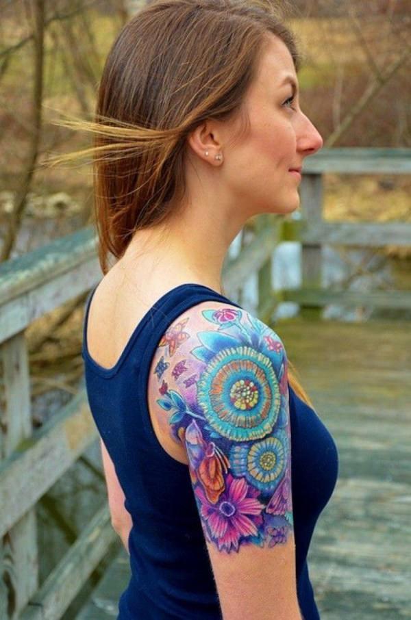 tatuaje de acuarela en el brazo para mujer