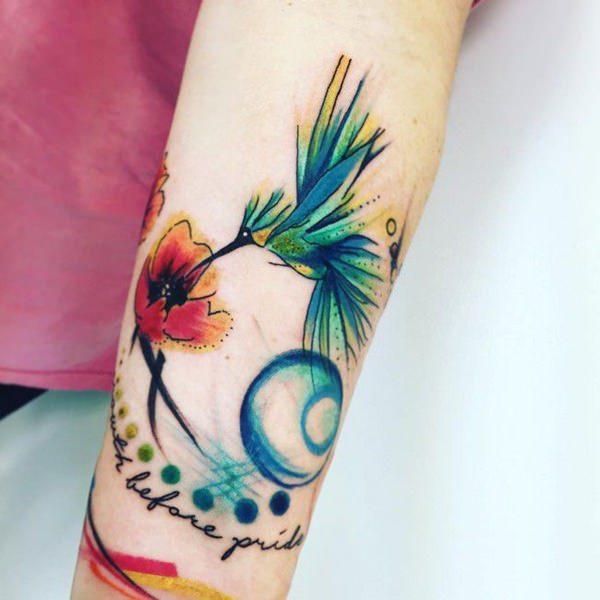 tatuaje de colibri acuarela en el brazo