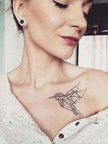 tatuaje de pajaro en el pecho mujer