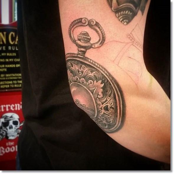tatuaje de reloj de bolsillo en el codo