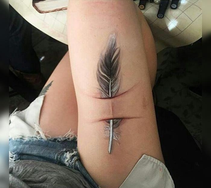 tatuaje en cicatriz en la pierna