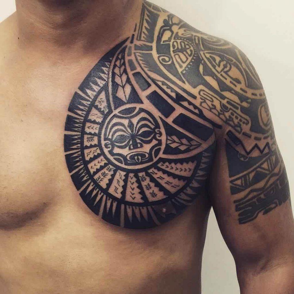 tatuaje maori en el pecho