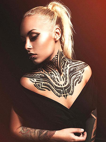 tatuaje tribal en el pecho para mujer