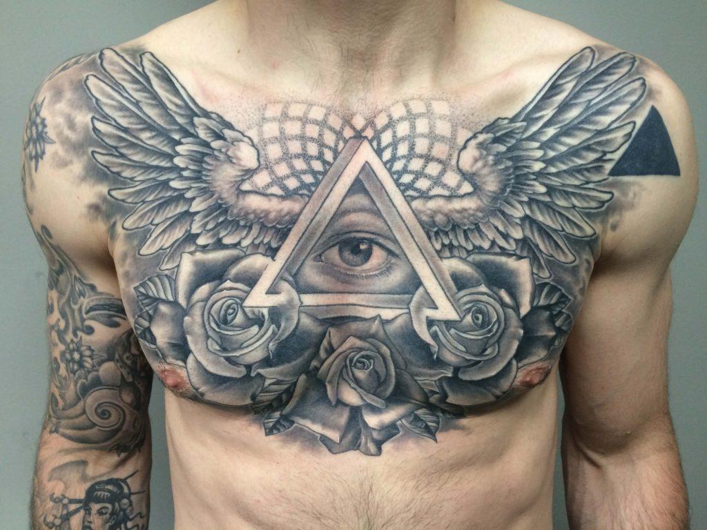 tatuajes triangulo y ojo en el pecho