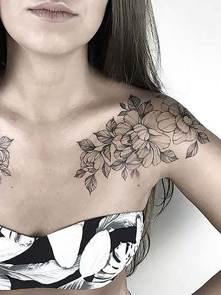 tatuje de flores en el pecho