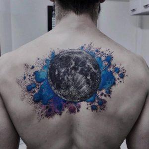 luna nueva tatuaje hombre en la espalda