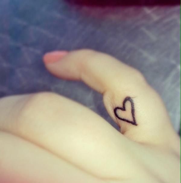 tattoo de corazón en el dedo