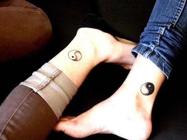 tatuaje bien y mal para amigas en el tobillo con significado