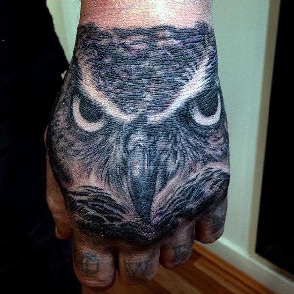 tatuaje de buho en la mano