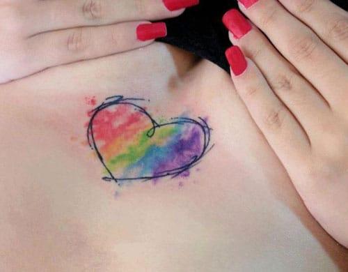 tatuaje de corazon con estilo acuarela