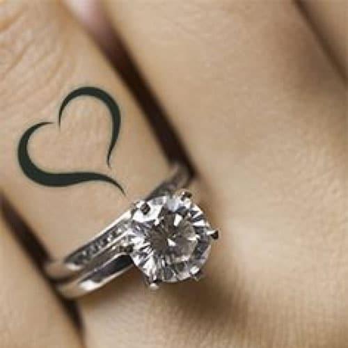 tatuaje de corazón en el dedo para mujeres