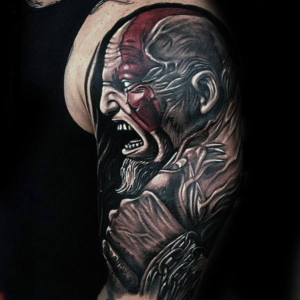 tatuaje de god of war en el brazo