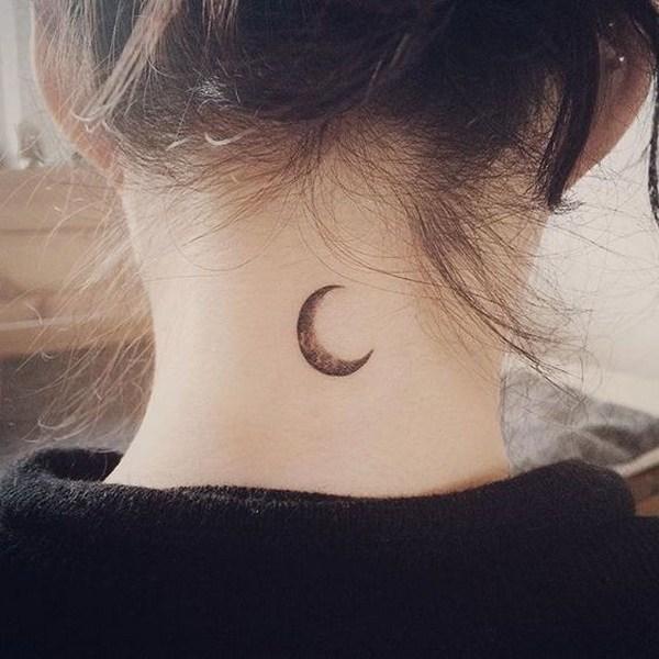 tatuaje de luna en la nuca mujer