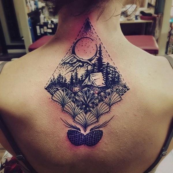 tatuaje en el centro de la espalda