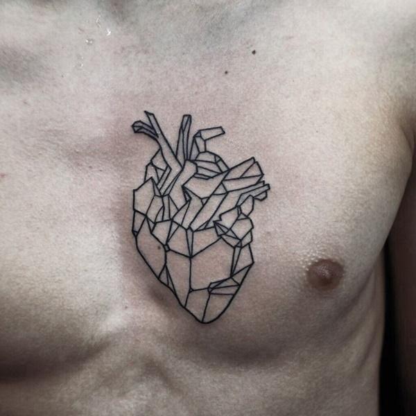 tatuaje en el pecho de corazon geometrico