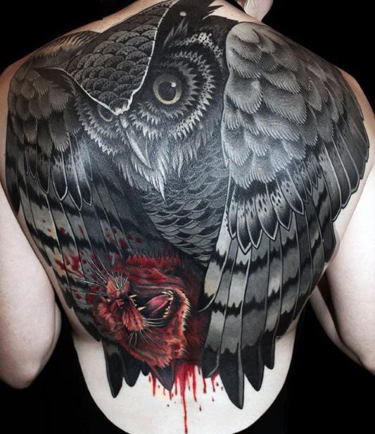 tatuaje en la espalda de buho grande