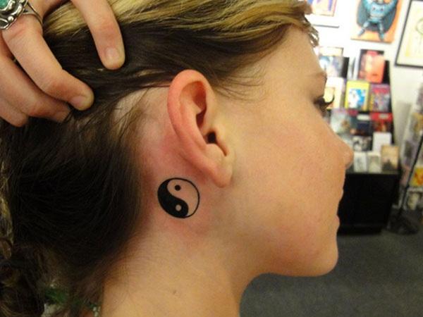 yin yang detras de la oreja