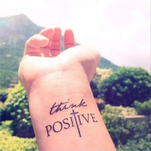 piensa positivo tatuaje