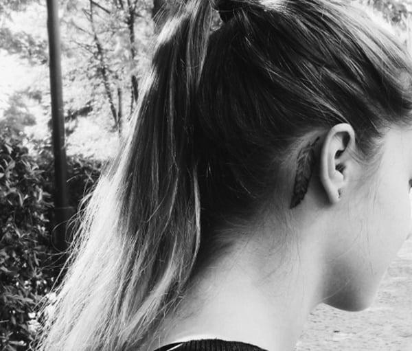 pluma detras de la oreja
