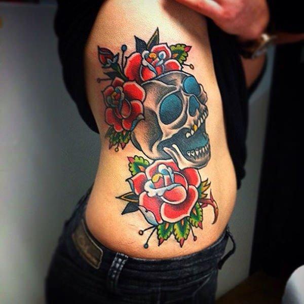 rosas y calavera en el cuerpo