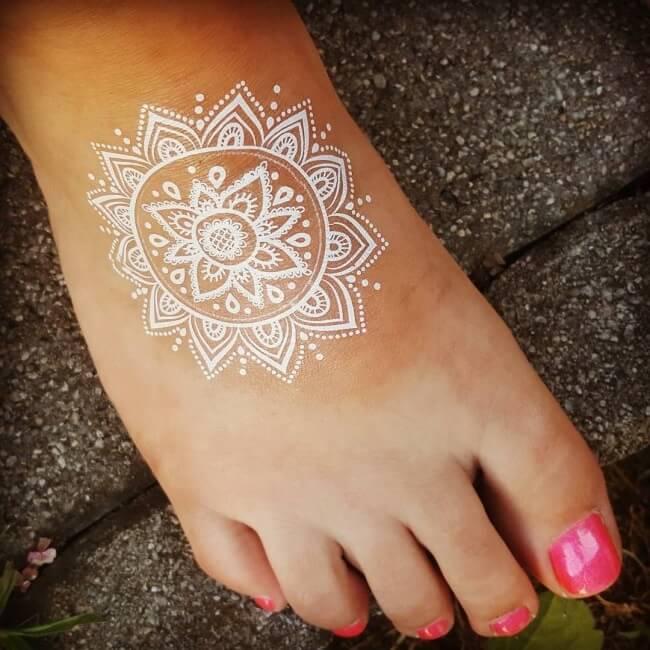 tattoo en tinta blanca en el pie