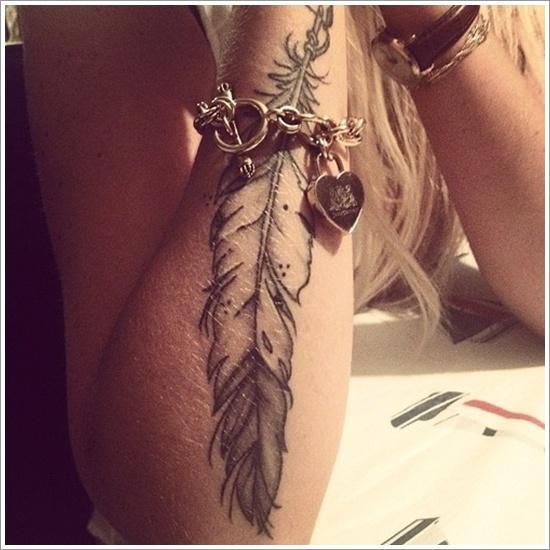 tatuaje de pluma en el antebrazo