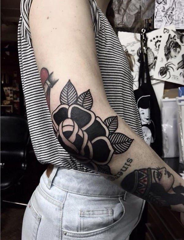 tatuaje de rosa en el codo