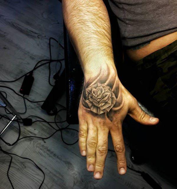tatuaje de rosa para hombres en la mano