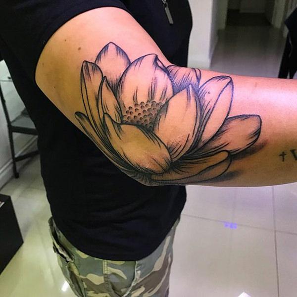 flor de loto en el codo