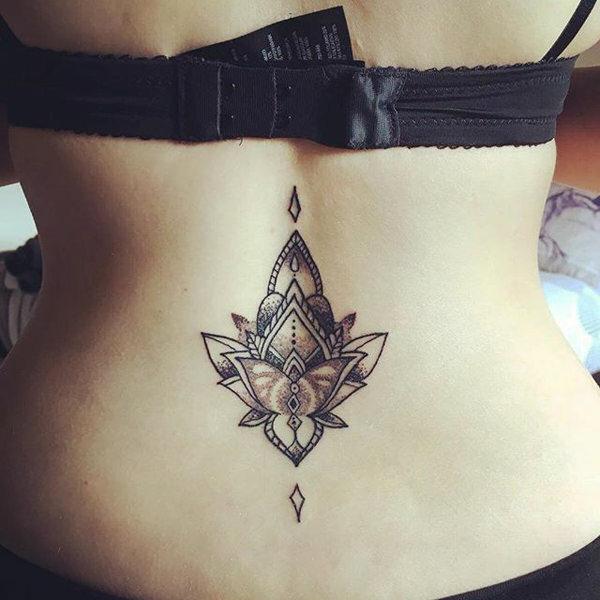 flor de loto en la parte baja de la espalda
