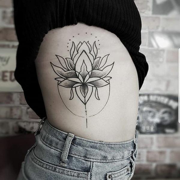 flor de loto en las costillas