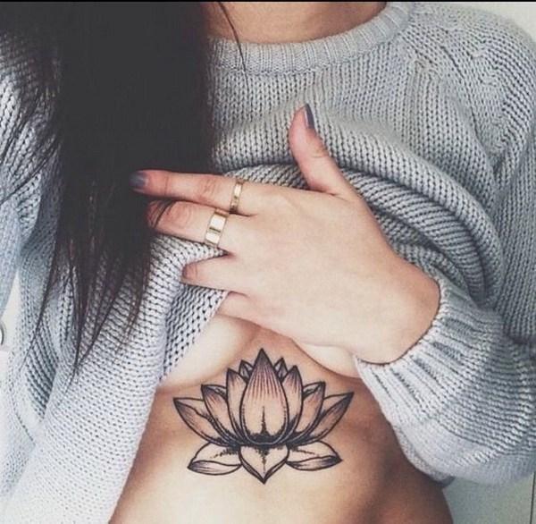 tattoo de flor de loto en el pecho