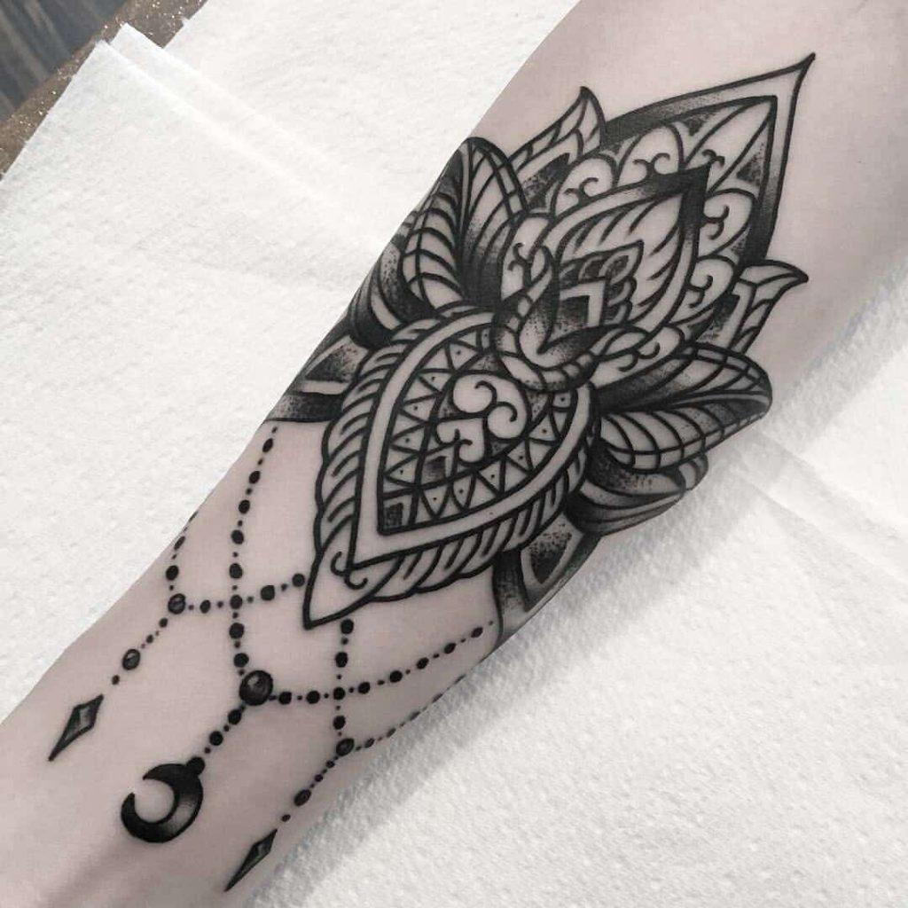tatuaje loto estilo celta