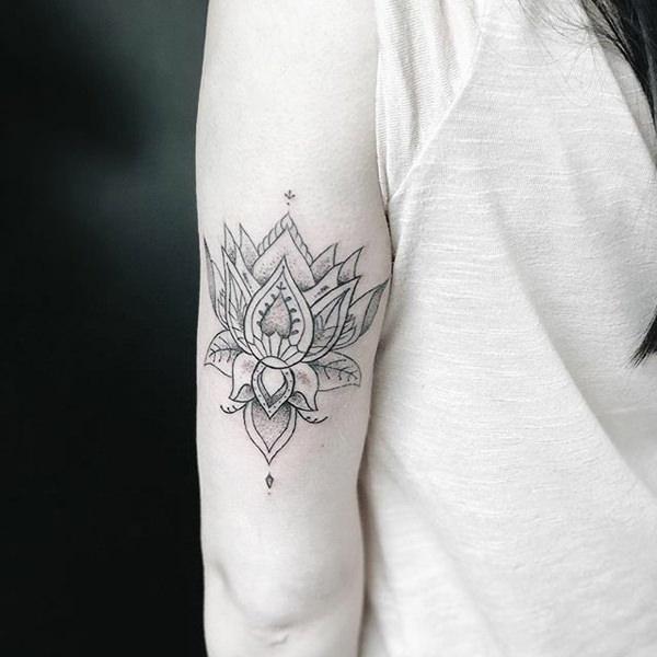 tatuaje de flor de loto en el brazo
