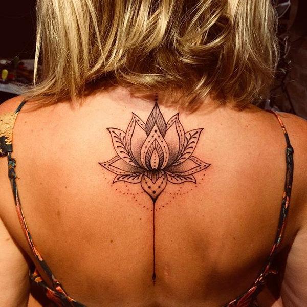 tatuaje de flor de loto en la columna