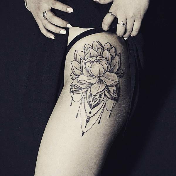 tatuaje de flor de loto para mujeres grandes