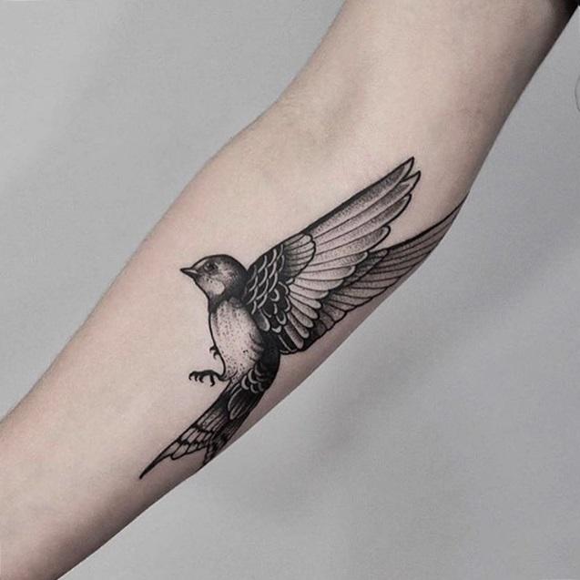 tatuaje de pajaro en el brazo