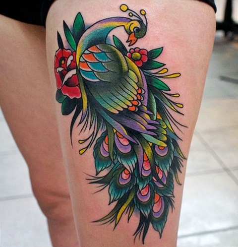 tatuaje de pavo real en la pierna