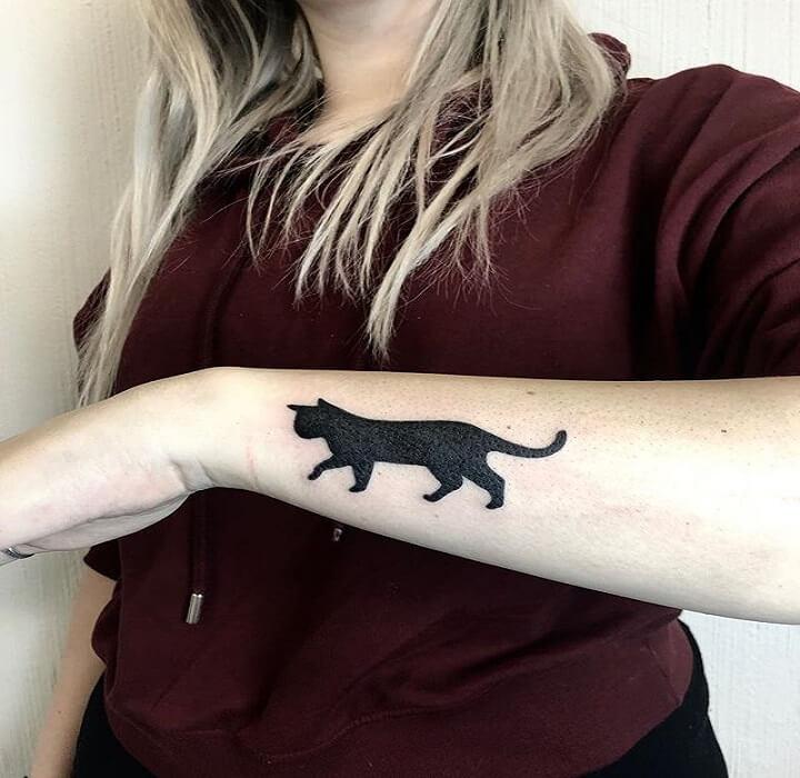 tatuaje en la muñeca de un gato