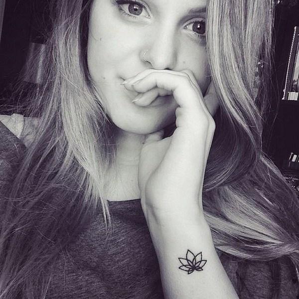 tatuaje simple de flor de loto en el brazo