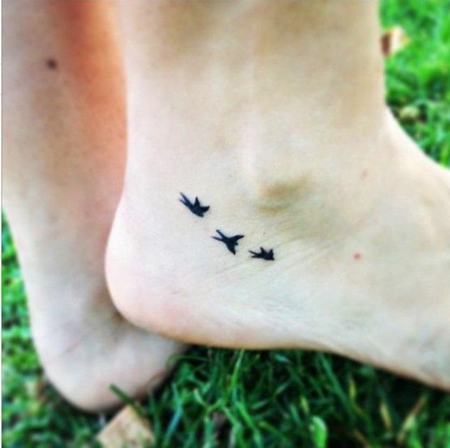 tatuajes de aves volando en el tobillo